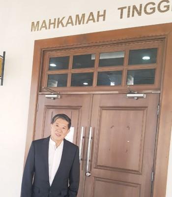 陈国平以供应证结束后步出法庭。