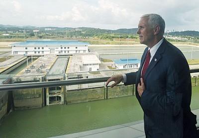 彭斯参观巴拿马运河。(法新社照片)