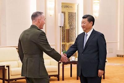 习近平(右)于北京人民大会堂接见邓福德(左)。(法新社照片)