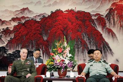 范长龙(右)向邓福德(左)表示,坚持对话协商是解决朝鲜半岛问题的唯一有效途径。(法新社照片)