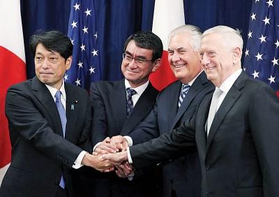 马蒂斯(右一)和国务卿蒂勒森(右二),与到访的日本防相小野寺五典(左一)及外相河野太郎握手。(法新社照片)