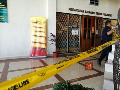 警方封锁地庭及推事庭办公室,以展开调查工作。