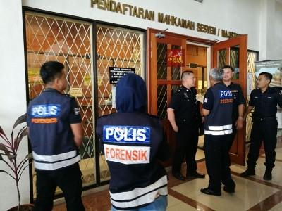 警方鉴证组人员在现场搜寻证物。