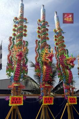 今年的大龙香高达32尺,困绕在大香的祥龙更立体。