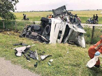 失控撞树的VELLFIRE休旅车毁不转移。