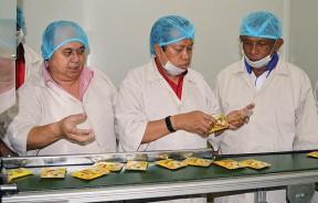 阿末马兹兰(中)参观Wetra集团食品工厂,左为罗达兴及阿都慕达里(右)陪同。