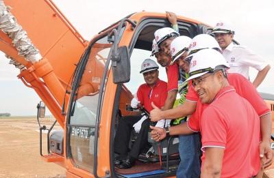 红大臣阿末巴沙由于达鲁阿曼发展店铺董事经理依士汉(右一)的伴随下也红北亚按淡人民房屋计划主持动土礼。