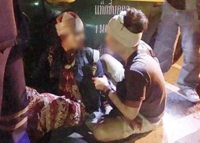 受伤的中国游客于地上等待救援。