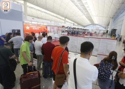 航站内成百上千来乘客在等航班安排。
