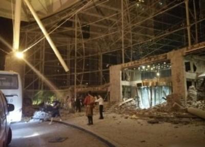 九寨天堂酒店大厅倒塌,瓦砾散落地上。(网上图片)