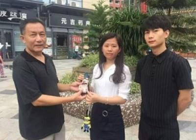 王阳国(左)公开答谢袁世敏(遇)以该钱包送还。(网上图片)