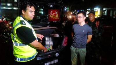 一名中国籍男子被发现车内有另一个车牌,而被警察带走调查