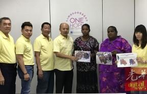 男婴母亲莎丝卡拉(右3)感谢善心人士捐助让孩子顺利进行手术,左3起为顾问洪明福及蔡瑞豪。