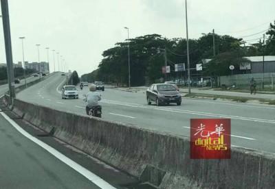 民众拍到老人独骑摩托车逆向行驶。