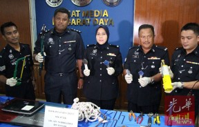 警方在轿车内搜获行窃用工具,中为莎拉瓦蒂。