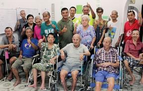 感恩之家老人家们希望可以找到属于自己的家。后排左5起为陈贤福、骆福春、张万泉及高选炎(右1)。