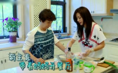ca585亚洲城官网妈妈(左)厨艺精湛。