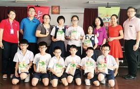 杨美蓉校长(右3)和副校长郭启泰(右1)颁奖予得奖学生和老师后,与本报业务发展暨节目策划副经理洪玉璇合照。