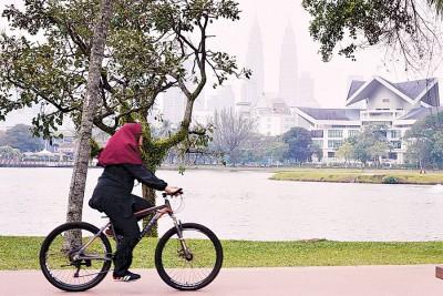 我国愿助印尼控制烟霾,确保在吉隆坡举行的东运会可顺利进行。图为隆市周三的市景已显得朦胧。