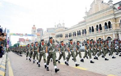 军队步伐一致通过独立广场与苏丹阿都沙最后大厦。