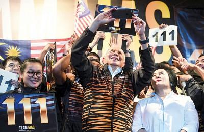 大马的东运会健儿为国带来第111照金牌令举国欢腾,既为来到大选营造利好氛围。