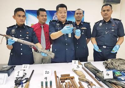 吕连来助理警监(中)搜获的枪及子弹。