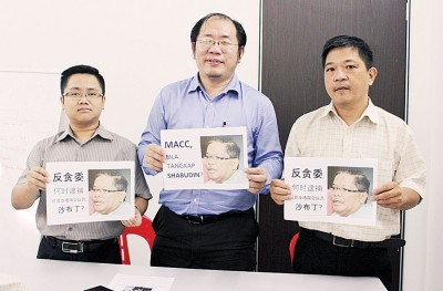 黄伟益(面临)举行记者会,渴求反贪会利用行动调查沙布丁低于市价卖地事件。左起为王宇航以及赵德源。
