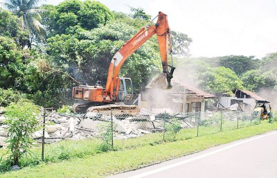 神手迅速地拿空置的宿舍拆除。