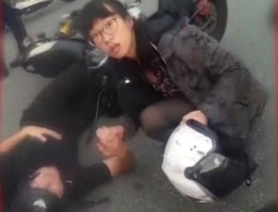 女人目击车祸发生,再接再厉停握着伤者的手抚对方,也变成被嘲笑对象。