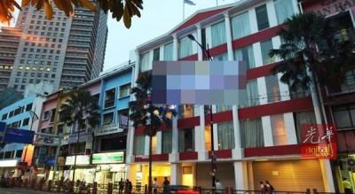 新山市区黄亚福集某酒店的217号客房内,察觉易装癖男子毙命在酒店一中客房床上。