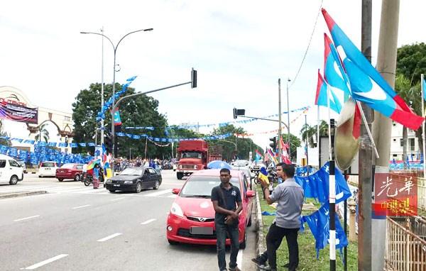 """纳吉""""直击""""公正党堡垒区,公青团在附近要""""迎接""""纳吉被捕。"""