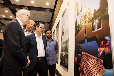卡麦隆、林冠英、祖哲和韩旦互相讨论座谈会上展出的印度历史城市。