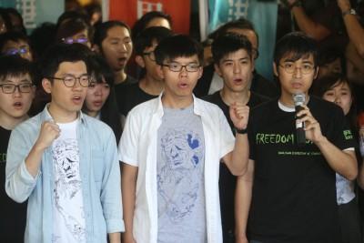 罗冠聪(左起)、黄之锋同周永康为改判入狱,引国际关注。
