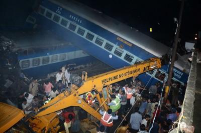 火车出轨造成多人死亡。(法新社照片)