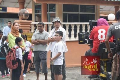 玛雅凯琳(戴头巾者)、温绍平(戴渔夫帽者)以及其他演员欢送Annabelle上巴士到国家队训练。