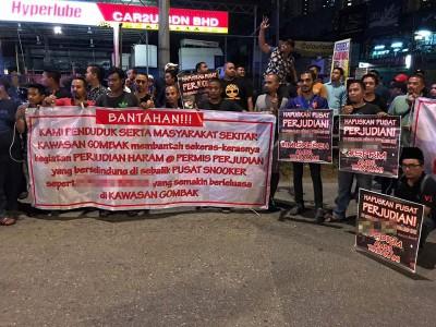 更百名巫裔青年星期四子夜上,当街上拉起横幅与海报,渴求执法单位正视和解决非法赌博中心。