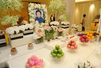 李金花灵堂以鲜花做主要布置,仪式采佛教进行。\