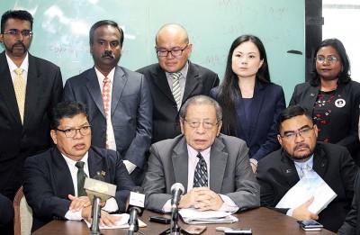 林吉祥(前排左2)欢迎沙烈删除争议的一幕。