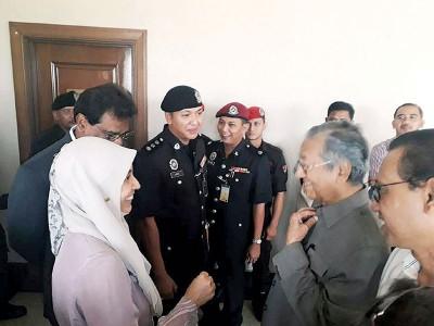 马哈迪及安华之长女努鲁在庭他相见欢。