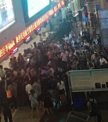 杨女与其父母召来逾20人口与会威胁警员,现场十分糊涂。