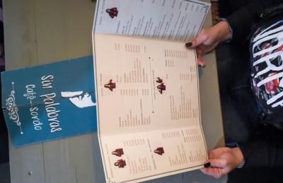 菜单翻译成手语。(法新社照片)