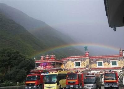 网民纷纷为灾区送上祝福,认为彩虹让人充满希望。