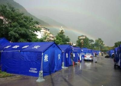 双彩虹悬挂在灾区的营地上。