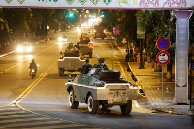 柬埔寨当局正调动军队到柬寮边界,周五晚间金边街头出现数量军方装甲车。