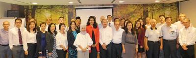 卡斯杜丽(红衣者)为槟州40舍店讲解马来西亚商厦监管守则。