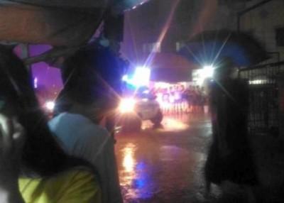 警方赶到现场,部分人聚集在大厦外面。