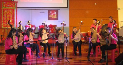 新民华中华乐团演奏《送我同条玫瑰花》,变有韵味。
