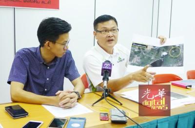 方群龙(右)与槟民政党宣传主任黄志毅一起展示卫星图,并要求州政府深入调查,双溪里武非法炭末厂污染是否真导致有当地居民患癌。
