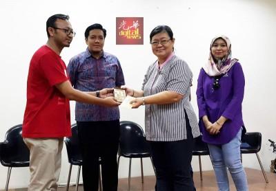 莫哈末阿兹凡(左)代表马来西亚威尔斯国际大学赠送纪念品及红包予吴丽萍(右2),由阿菲夫(左2)陪同。