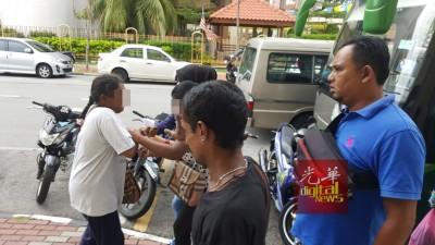 个别名女性子被上铐扣押在警车里无绝哭泣。